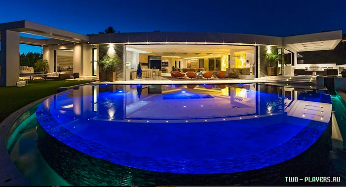 Шикарный бассейн с включённой подсветкой